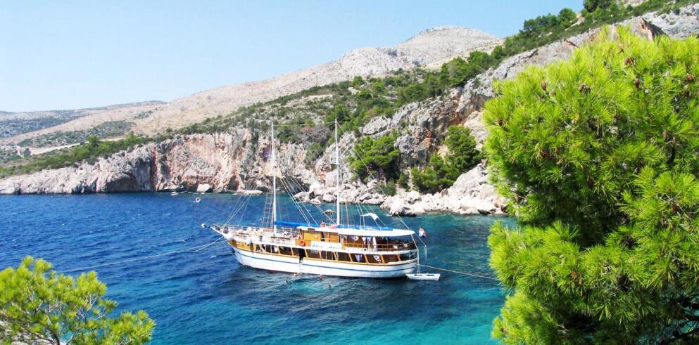 kroatische Küste mit Boot erkunden